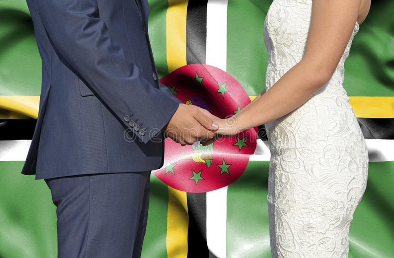 Marido y esposa que llevan a cabo las manos - fotografía conceptual del matrimonio en Dominica fotografía de archivo libre de regalías