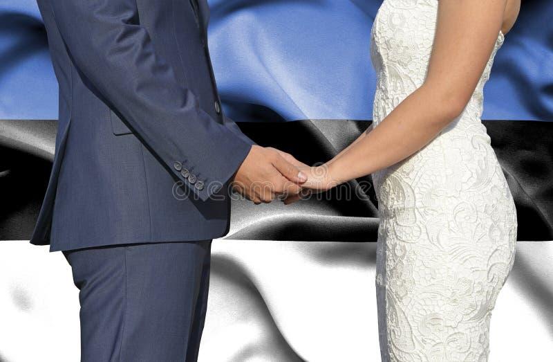 Marido y esposa que llevan a cabo las manos - fotografía conceptual del matrimonio en Estonia fotos de archivo