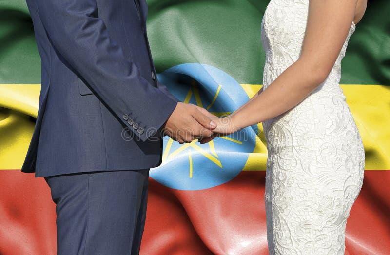 Marido y esposa que llevan a cabo las manos - fotografía conceptual del matrimonio en Etiopía fotografía de archivo libre de regalías