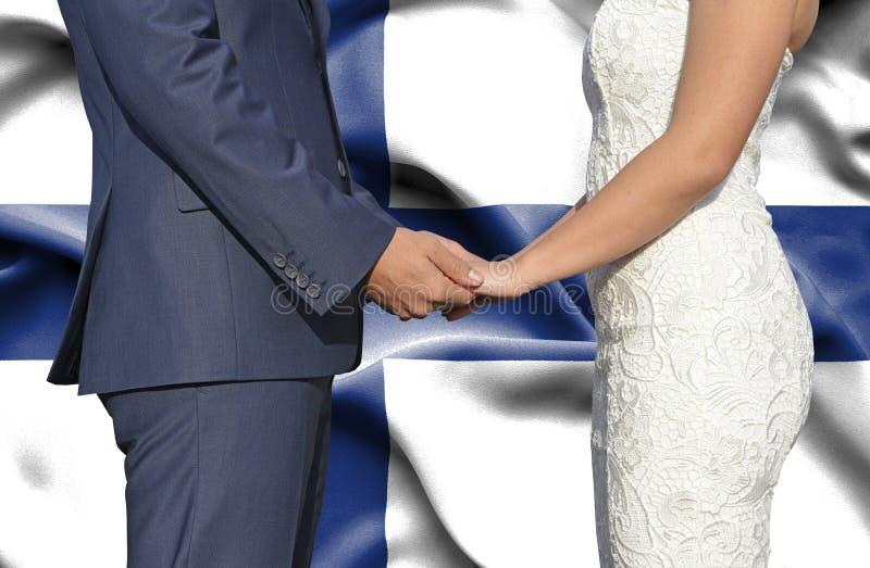 Marido y esposa que llevan a cabo las manos - fotografía conceptual del matrimonio en Finlandia foto de archivo libre de regalías