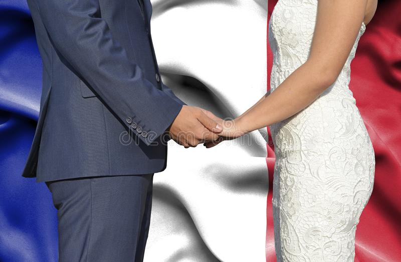 Marido y esposa que llevan a cabo las manos - fotografía conceptual del matrimonio en Francia imagen de archivo libre de regalías