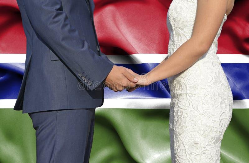 Marido y esposa que llevan a cabo las manos - fotografía conceptual del matrimonio en Gambia fotos de archivo libres de regalías