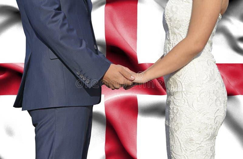Marido y esposa que llevan a cabo las manos - fotografía conceptual del matrimonio en Georgia foto de archivo libre de regalías