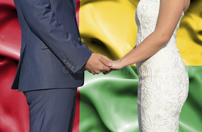 Marido y esposa que llevan a cabo las manos - fotografía conceptual del matrimonio en Guinea-Bissau fotos de archivo libres de regalías