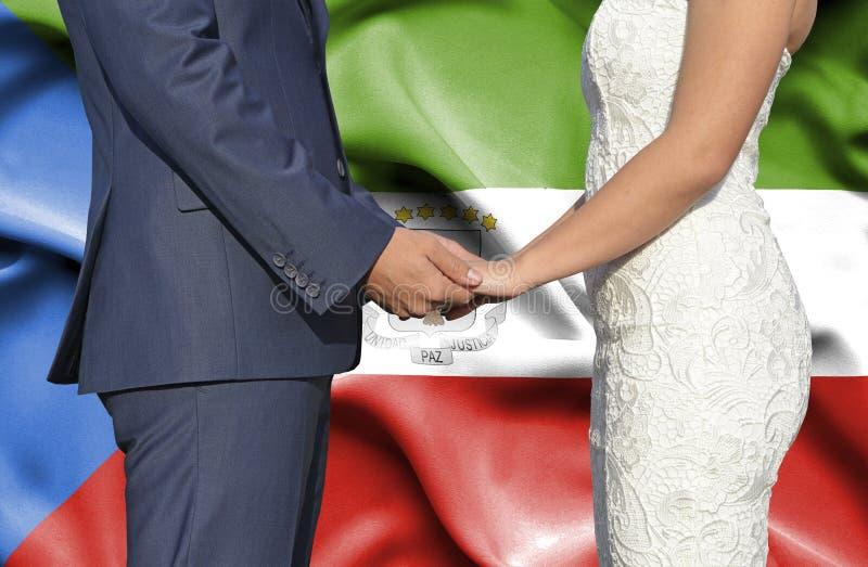 Marido y esposa que llevan a cabo las manos - fotografía conceptual del matrimonio en Guinea Ecuatorial fotos de archivo