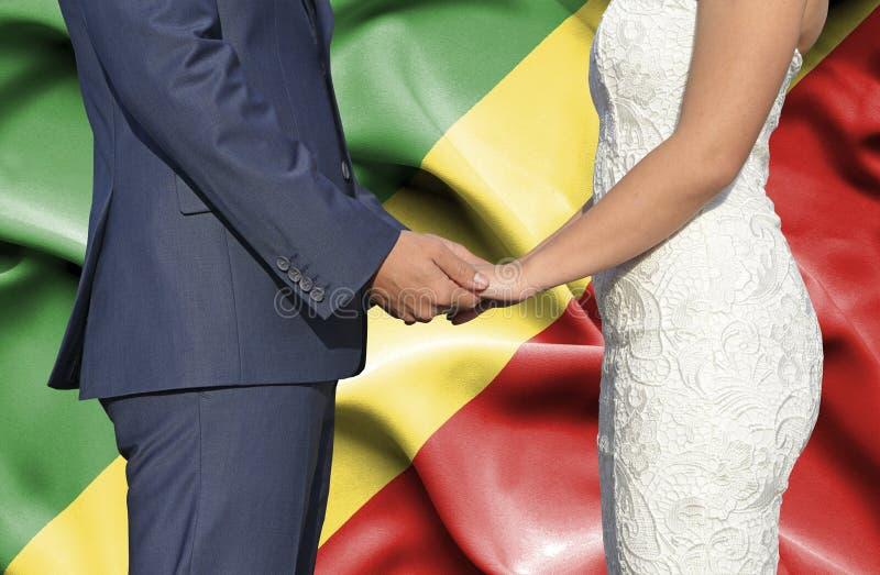 Marido y esposa que llevan a cabo las manos - fotografía conceptual del matrimonio en la república de Congo fotografía de archivo libre de regalías