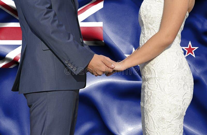 Marido y esposa que llevan a cabo las manos - fotografía conceptual del matrimonio en Nueva Zelanda imagenes de archivo