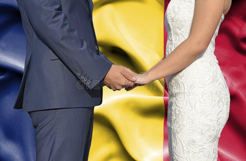 Marido y esposa que llevan a cabo las manos - fotografía conceptual del matrimonio en Rumania foto de archivo