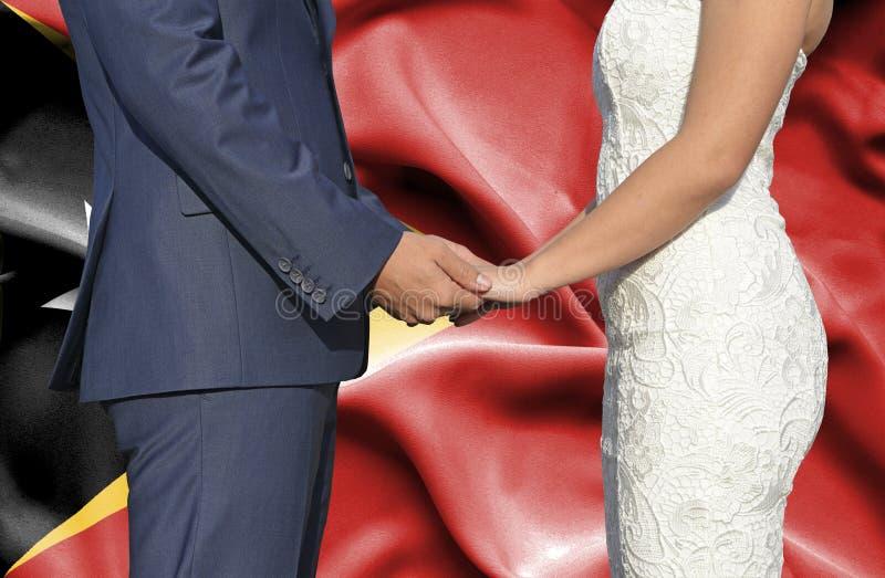 Marido y esposa que llevan a cabo las manos - fotografía conceptual del matrimonio en Timor Oriental fotos de archivo