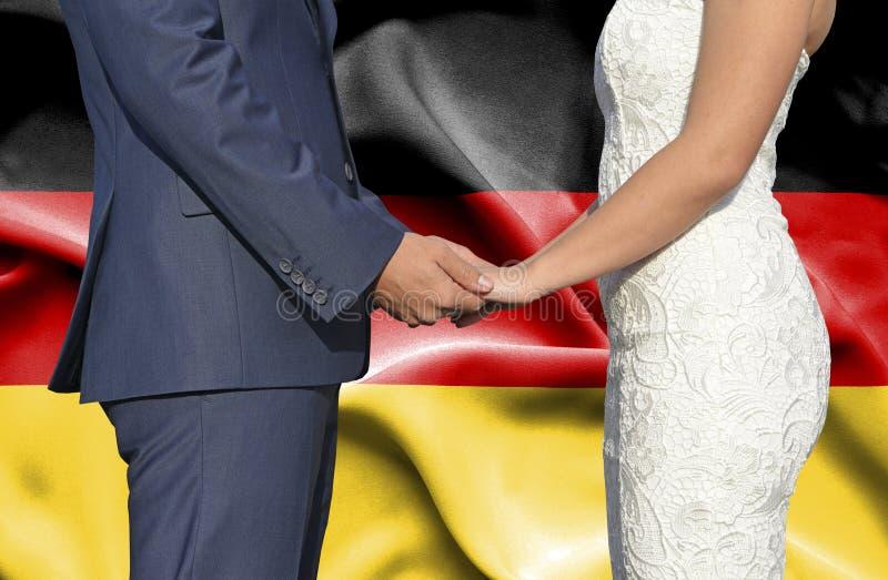 Marido y esposa que llevan a cabo las manos - fotograf?a conceptual del matrimonio en Alemania fotos de archivo libres de regalías