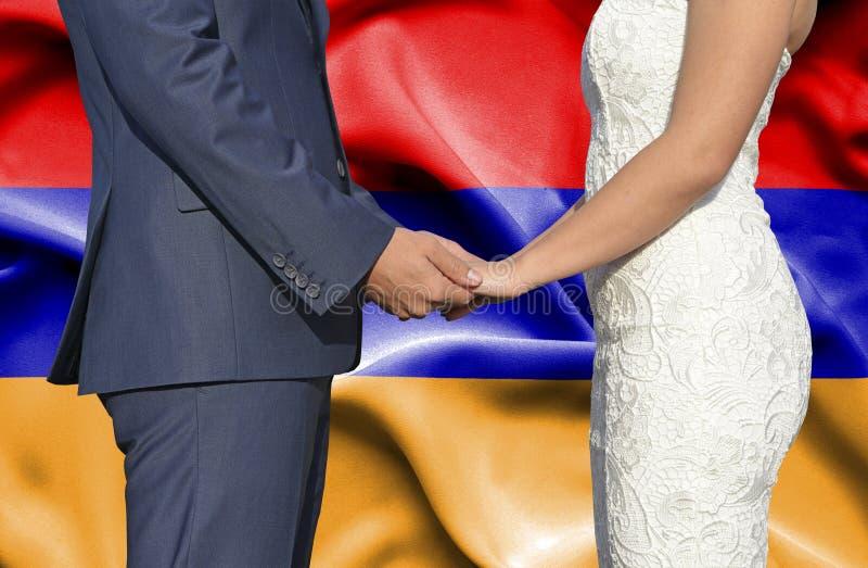 Marido y esposa que llevan a cabo las manos - fotograf?a conceptual del matrimonio en Armenia foto de archivo libre de regalías
