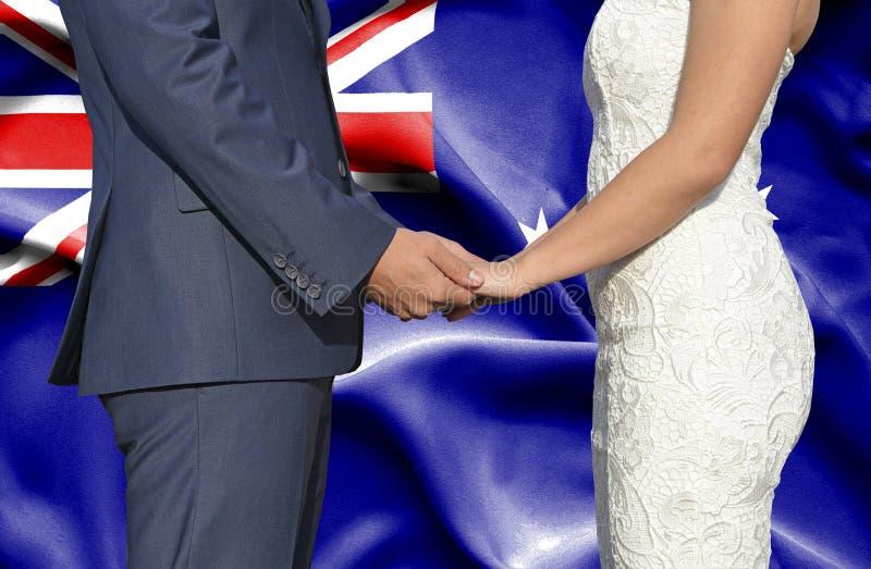 Marido y esposa que llevan a cabo las manos - fotograf?a conceptual del matrimonio en Australia foto de archivo