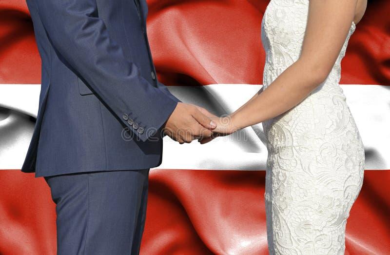Marido y esposa que llevan a cabo las manos - fotograf?a conceptual del matrimonio en Austria imagenes de archivo