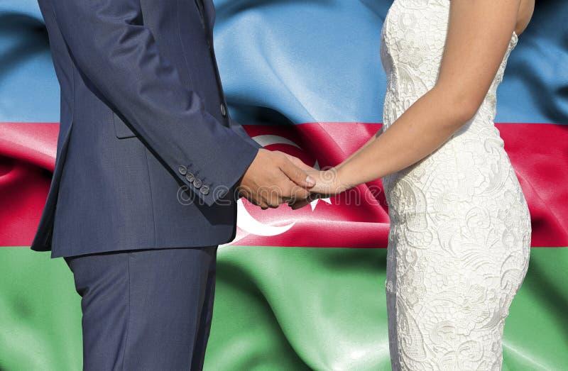 Marido y esposa que llevan a cabo las manos - fotograf?a conceptual del matrimonio en Azerbaijan imagen de archivo
