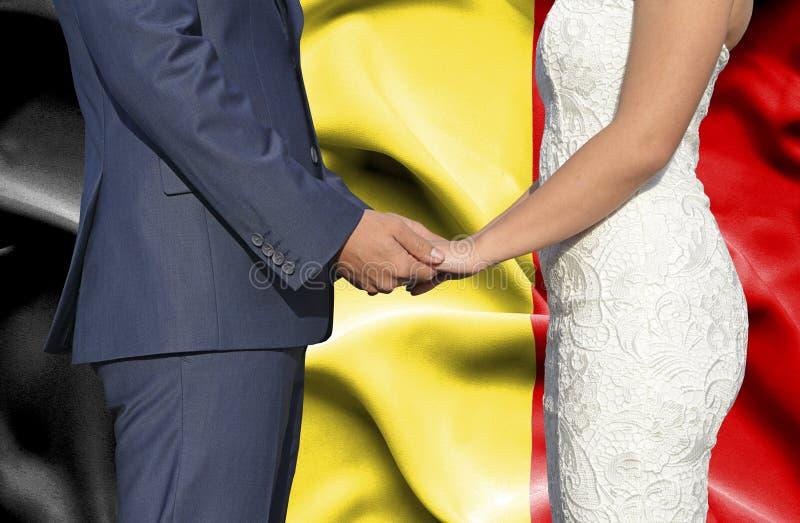 Marido y esposa que llevan a cabo las manos - fotograf?a conceptual del matrimonio en B?lgica foto de archivo libre de regalías