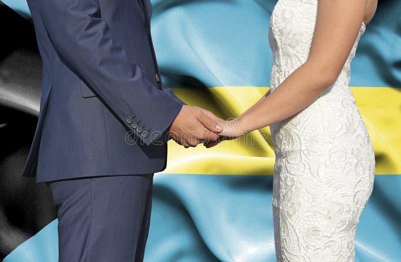 Marido y esposa que llevan a cabo las manos - fotograf?a conceptual del matrimonio en Bahamas imágenes de archivo libres de regalías