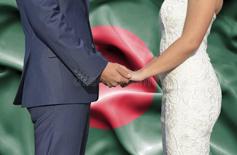 Marido y esposa que llevan a cabo las manos - fotograf?a conceptual del matrimonio en Bangladesh imagen de archivo