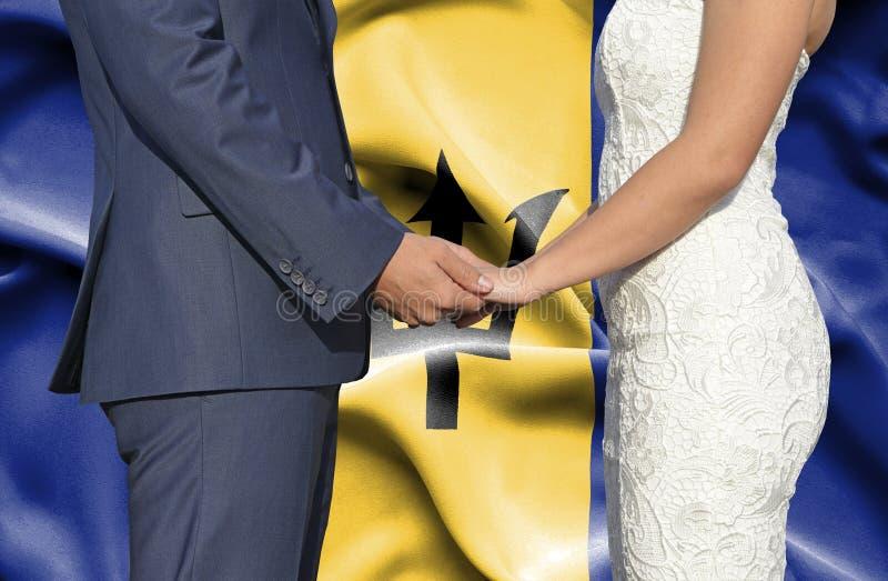 Marido y esposa que llevan a cabo las manos - fotograf?a conceptual del matrimonio en Barbados imagenes de archivo