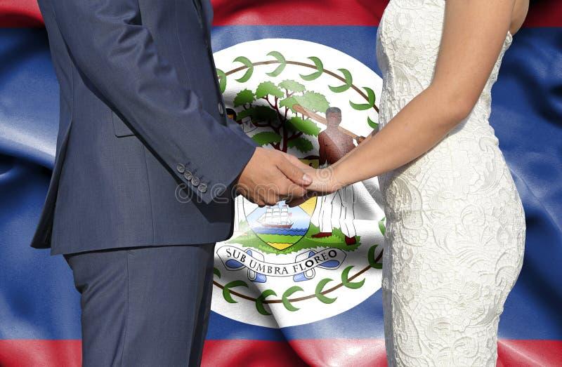 Marido y esposa que llevan a cabo las manos - fotograf?a conceptual del matrimonio en Belice imágenes de archivo libres de regalías