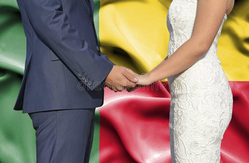 Marido y esposa que llevan a cabo las manos - fotograf?a conceptual del matrimonio en Benin fotos de archivo libres de regalías