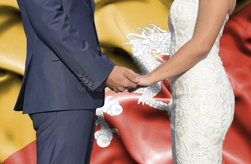 Marido y esposa que llevan a cabo las manos - fotograf?a conceptual del matrimonio en Bhut?n imagenes de archivo