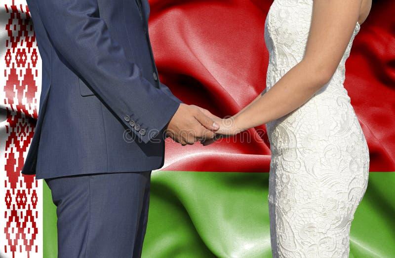 Marido y esposa que llevan a cabo las manos - fotograf?a conceptual del matrimonio en Bielorrusia imagenes de archivo