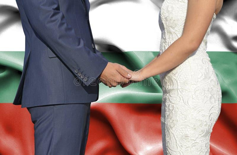 Marido y esposa que llevan a cabo las manos - fotograf?a conceptual del matrimonio en Bulgaria imagenes de archivo