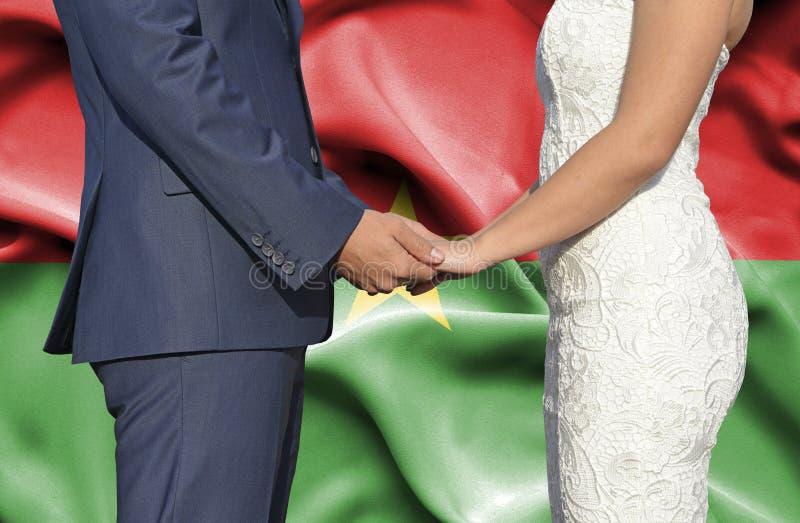 Marido y esposa que llevan a cabo las manos - fotograf?a conceptual del matrimonio en Burkina Faso imagenes de archivo