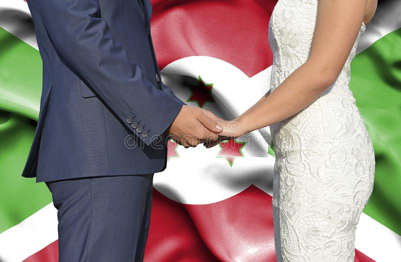 Marido y esposa que llevan a cabo las manos - fotograf?a conceptual del matrimonio en Burundi imagenes de archivo