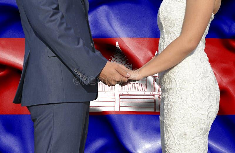 Marido y esposa que llevan a cabo las manos - fotograf?a conceptual del matrimonio en Camboya imagen de archivo