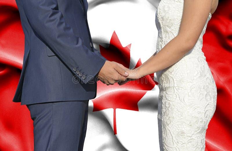 Marido y esposa que llevan a cabo las manos - fotograf?a conceptual del matrimonio en Canad? foto de archivo