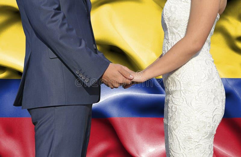 Marido y esposa que llevan a cabo las manos - fotograf?a conceptual del matrimonio en Columbia fotografía de archivo