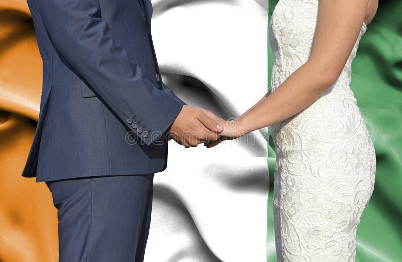 Marido y esposa que llevan a cabo las manos - fotograf?a conceptual del matrimonio en Costa de Marfil imágenes de archivo libres de regalías