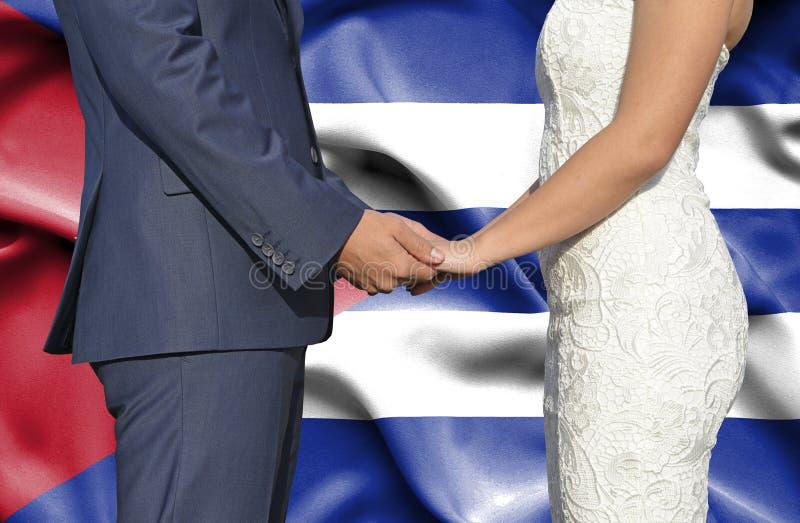 Marido y esposa que llevan a cabo las manos - fotograf?a conceptual del matrimonio en Cuba foto de archivo