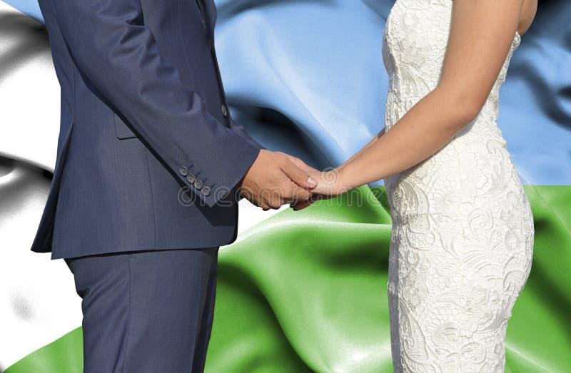 Marido y esposa que llevan a cabo las manos - fotograf?a conceptual del matrimonio en Dijbouti imagenes de archivo
