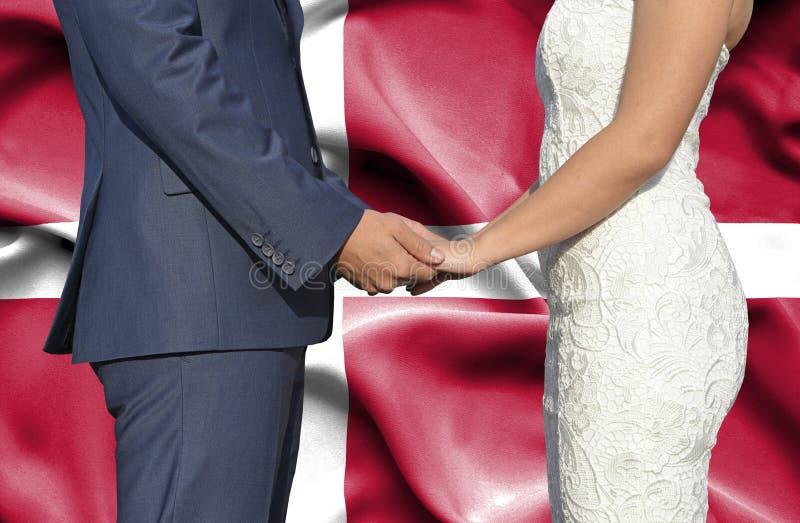 Marido y esposa que llevan a cabo las manos - fotograf?a conceptual del matrimonio en Dinamarca imagen de archivo libre de regalías