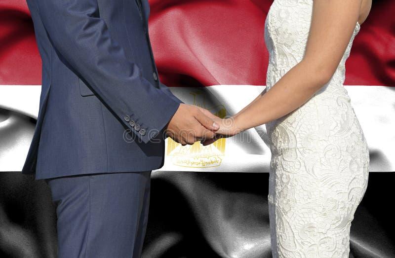 Marido y esposa que llevan a cabo las manos - fotograf?a conceptual del matrimonio en Egipto fotos de archivo