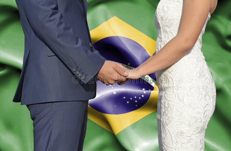 Marido y esposa que llevan a cabo las manos - fotograf?a conceptual del matrimonio en el Brasil imagenes de archivo