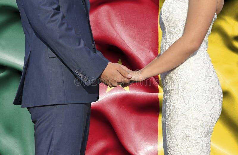 Marido y esposa que llevan a cabo las manos - fotograf?a conceptual del matrimonio en el Camer?n fotografía de archivo