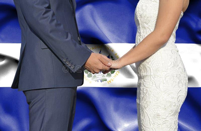 Marido y esposa que llevan a cabo las manos - fotograf?a conceptual del matrimonio en El Salvador imágenes de archivo libres de regalías