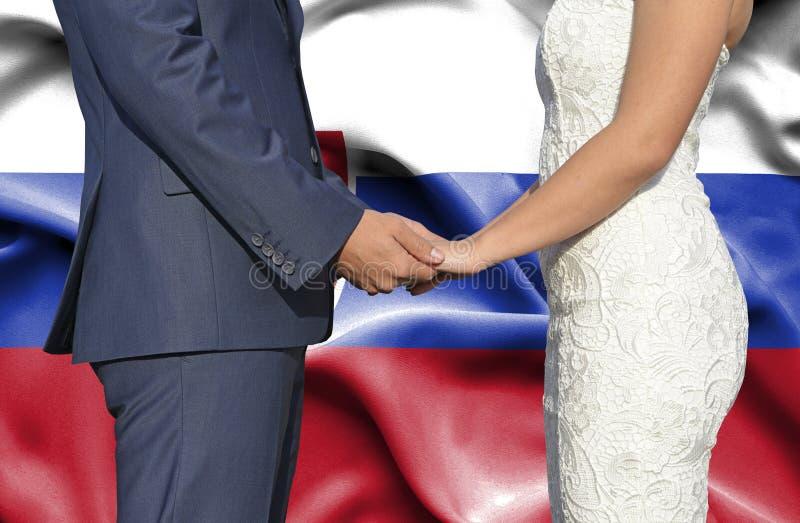 Marido y esposa que llevan a cabo las manos - fotograf?a conceptual del matrimonio en Eslovaquia fotografía de archivo