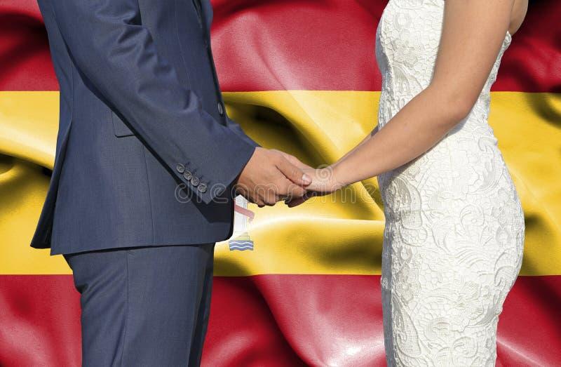 Marido y esposa que llevan a cabo las manos - fotograf?a conceptual del matrimonio en Espa?a imagen de archivo