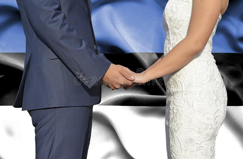 Marido y esposa que llevan a cabo las manos - fotograf?a conceptual del matrimonio en Estonia fotos de archivo