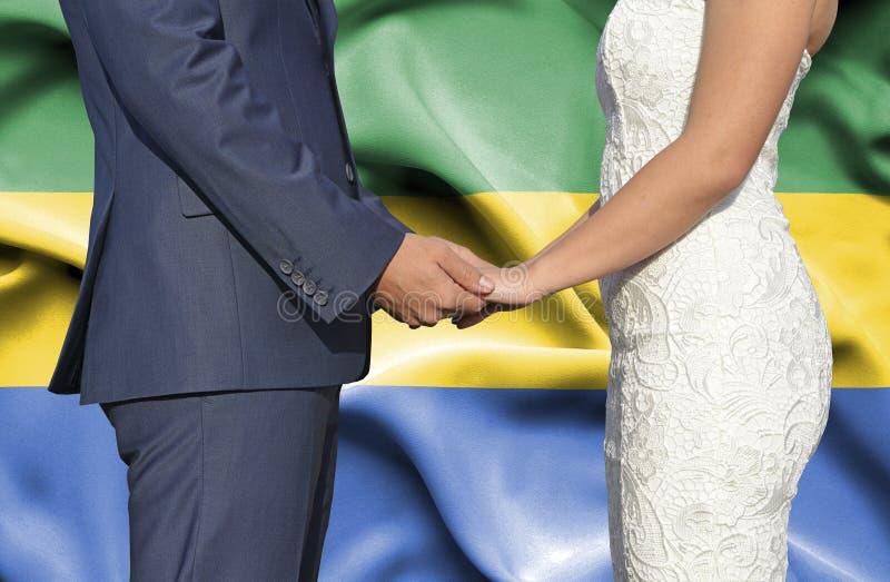 Marido y esposa que llevan a cabo las manos - fotograf?a conceptual del matrimonio en Gab?n imagen de archivo