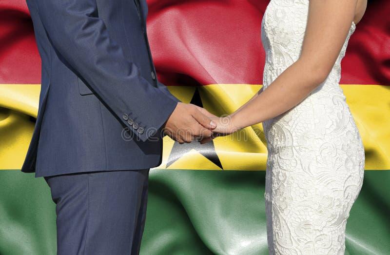 Marido y esposa que llevan a cabo las manos - fotograf?a conceptual del matrimonio en Ghana imágenes de archivo libres de regalías