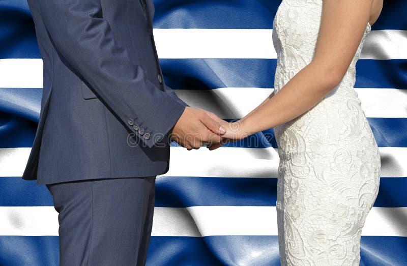 Marido y esposa que llevan a cabo las manos - fotograf?a conceptual del matrimonio en Grecia fotos de archivo libres de regalías