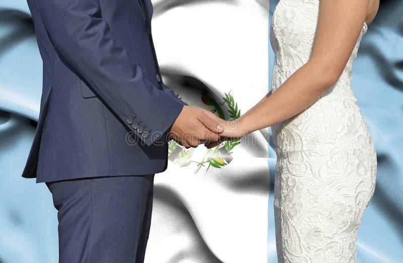 Marido y esposa que llevan a cabo las manos - fotograf?a conceptual del matrimonio en Guatemala fotografía de archivo libre de regalías
