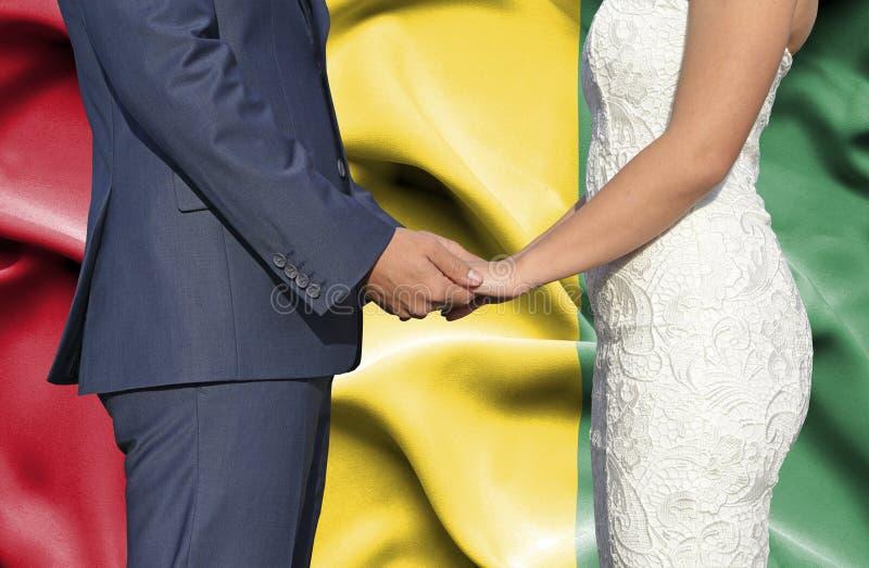 Marido y esposa que llevan a cabo las manos - fotograf?a conceptual del matrimonio en Guinea fotos de archivo
