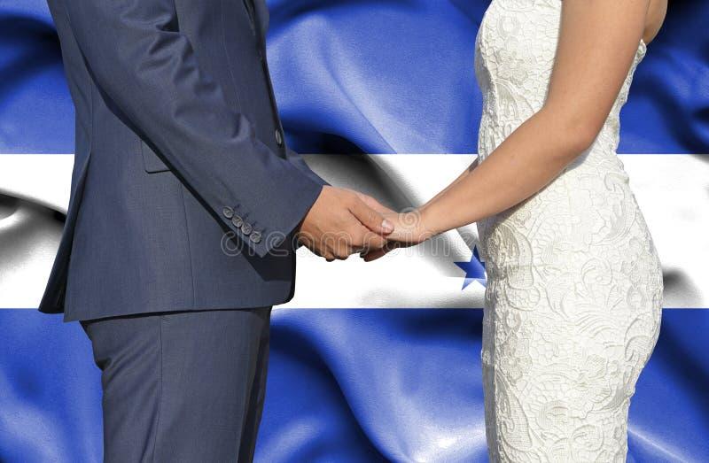 Marido y esposa que llevan a cabo las manos - fotograf?a conceptual del matrimonio en Honduras fotos de archivo