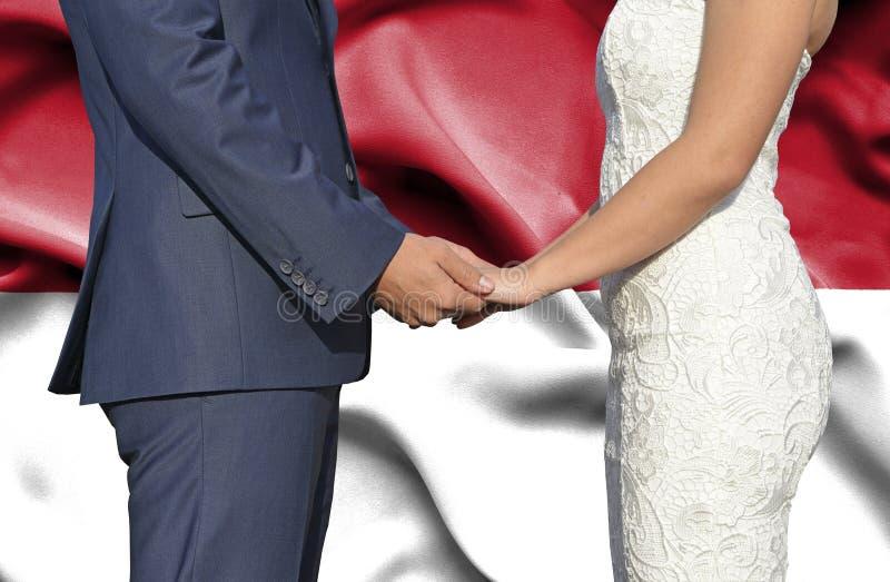 Marido y esposa que llevan a cabo las manos - fotograf?a conceptual del matrimonio en Indonesia foto de archivo libre de regalías